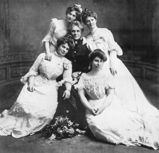 Image: Harriet Strong surrounded by her daughters Mary, Georgiana, Nelle, and Harriet